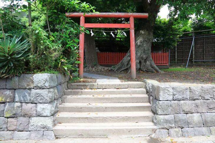 築山稲荷社