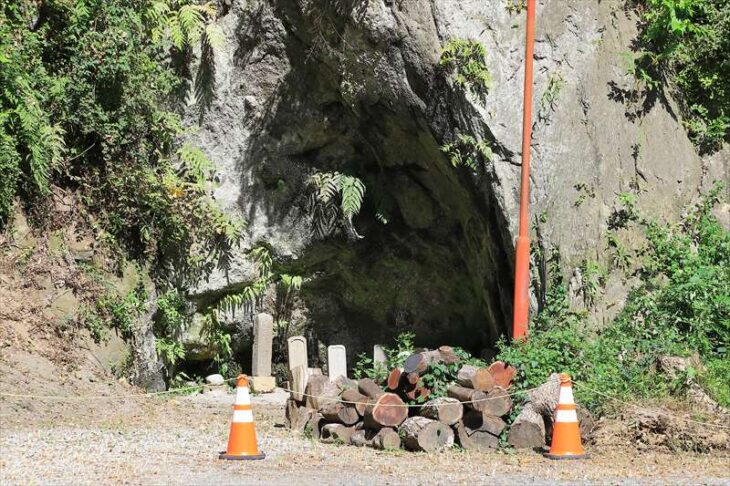 浄智寺 駐車場の岩窟