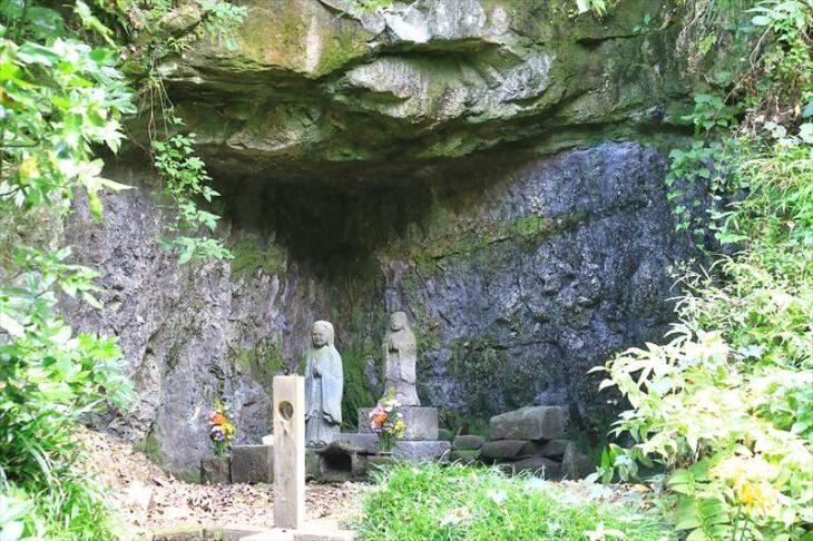 妙本寺 祖師堂の裏側のやぐら