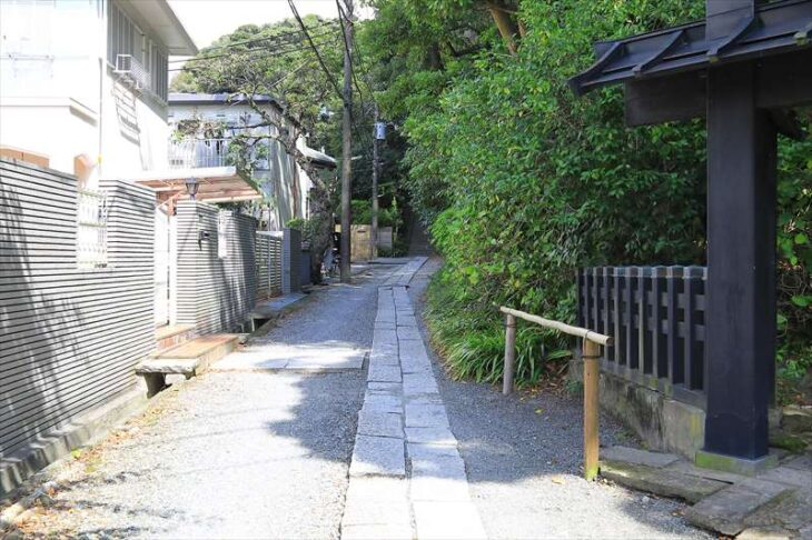 妙本寺の蛇苦止堂への道