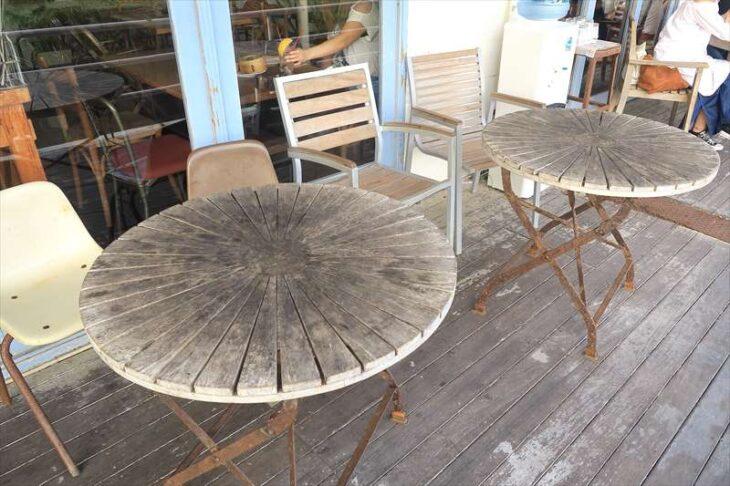 Double Doors(ダブルドアーズ)七里ガ浜店のテラス席のテーブル