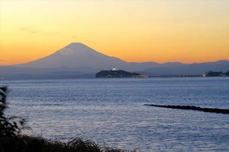 なぎさ橋珈琲 逗子店から見た江ノ島と富士山